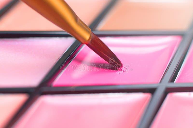 Färgläppstiftpalett, närbildborste dekorativa skönhetsmedel fotografering för bildbyråer