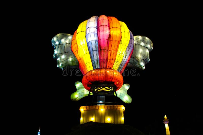 Färglös varmluftsballong i en lanterfestival arkivbild