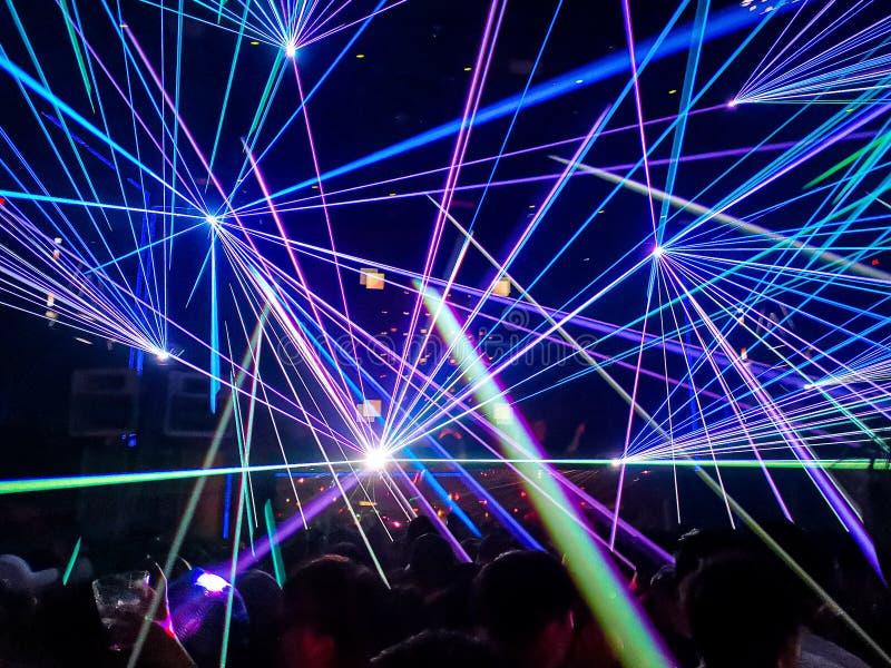 Färglaser i en nattklubb arkivfoton