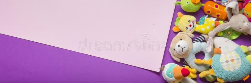 Färgleksaksram för barn på träbakgrund Överkant Plattlägg Kopiera utrymme för text royaltyfri fotografi