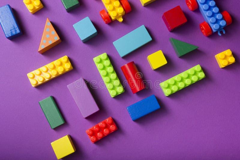 Färgleksaksram för barn på träbakgrund Överkant Plattlägg Kopiera utrymme för text fotografering för bildbyråer