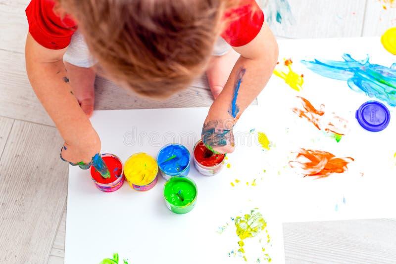 Färgmålningar för flerfärgade fingrar Babyhänder Plattlägg Bild fotografering för bildbyråer