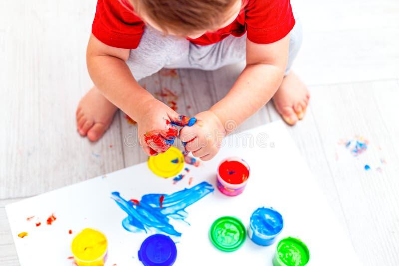 Färgmålningar för flerfärgade fingrar Plattlägg Bild arkivfoto