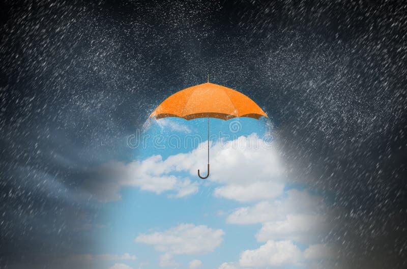 Färgparaply i himmel Blandat massmedia arkivbild