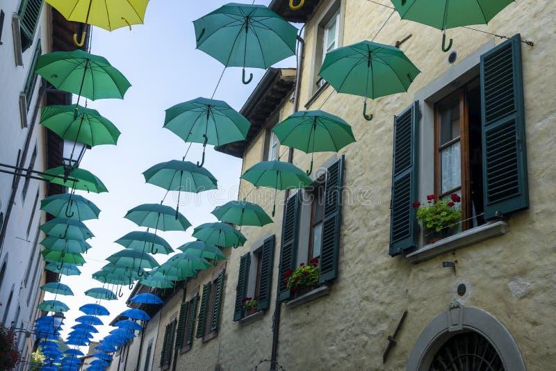 Färgparaplyer i Bagno di Romagna, Italien arkivbilder