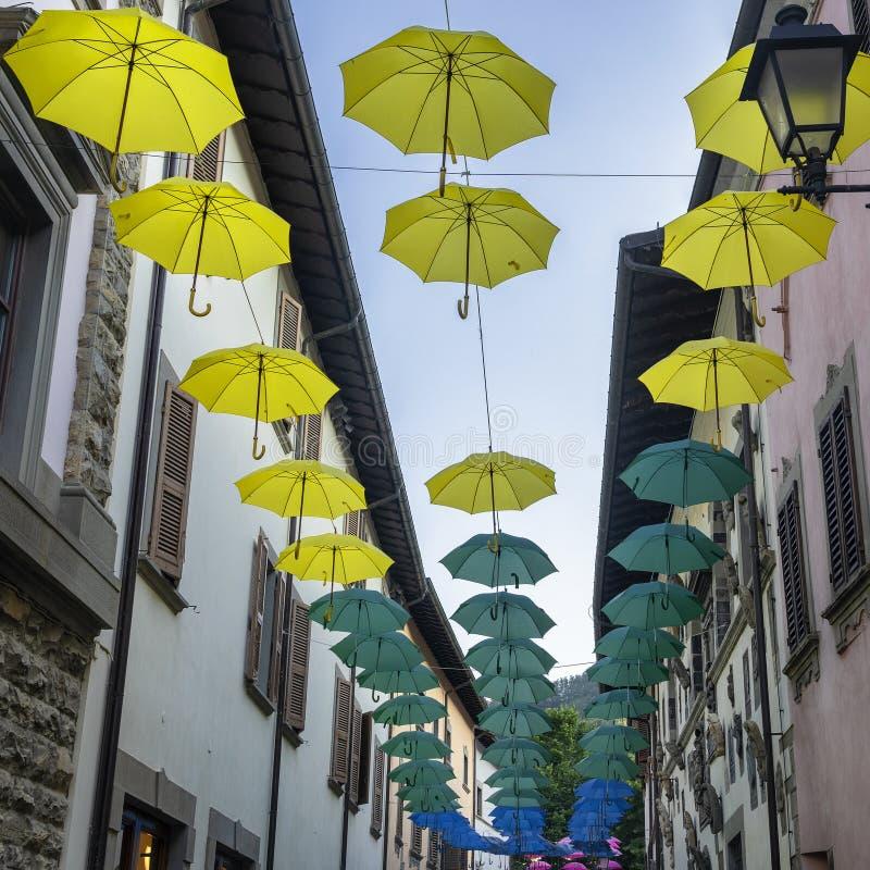 Färgparaplyer i Bagno di Romagna, Italien royaltyfri bild