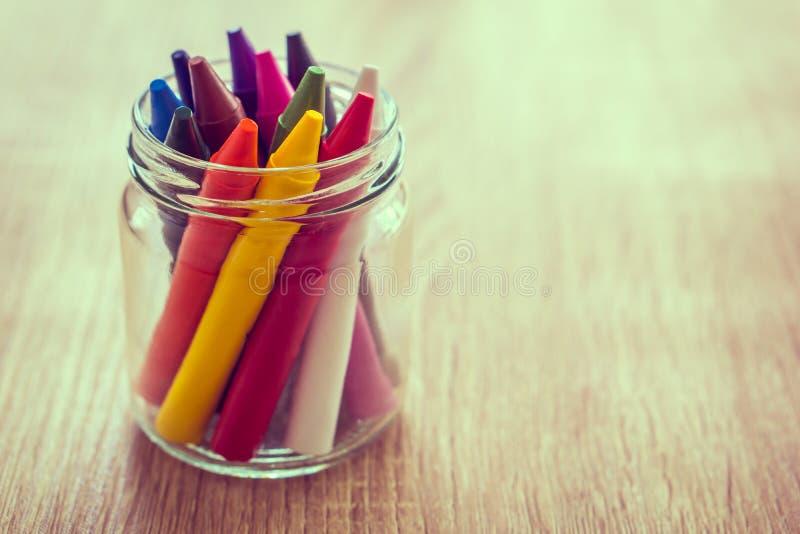 Färgpenna i en glasflaska arkivfoto