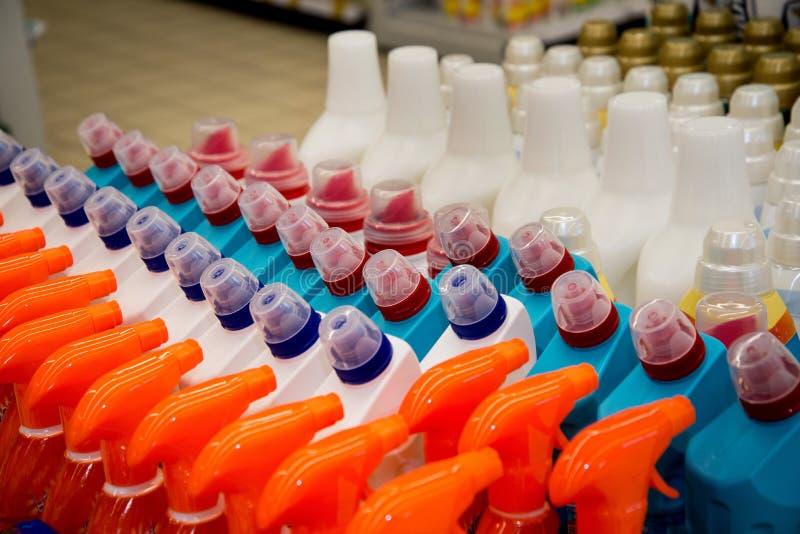 Färgplast-flaskor i rad royaltyfria foton