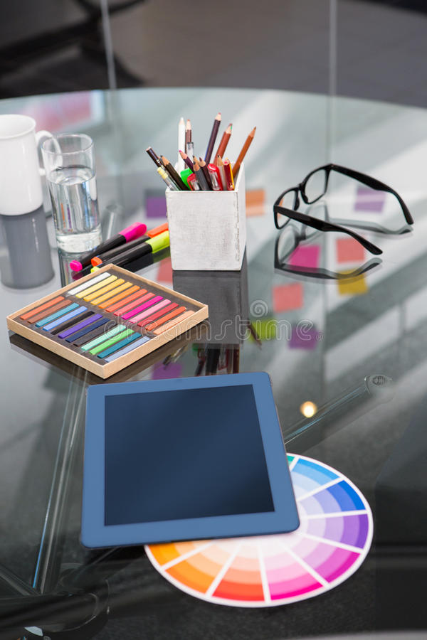 Färgprövkopior och digitizer på skrivbordet arkivfoto