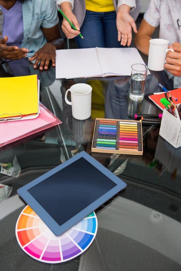 Färgprövkopior och digitizer på skrivbordet royaltyfri foto