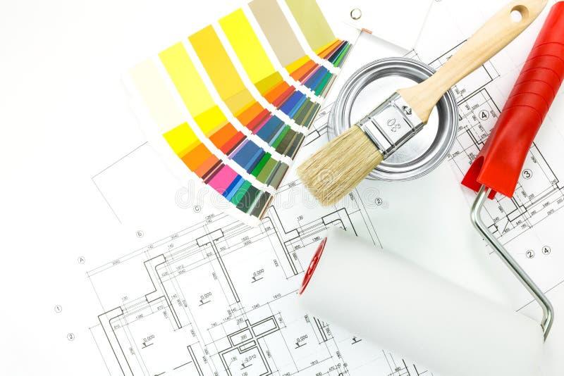 Färgprovkartor, borste, målarfärgkruka, arkivbild