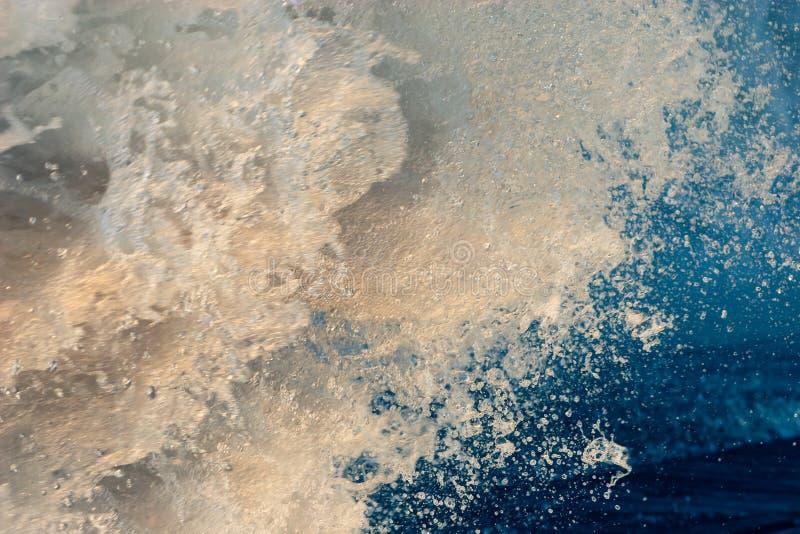 Färgrik abstrakt bakgrund av en kraftig ström av vatten arkivbild