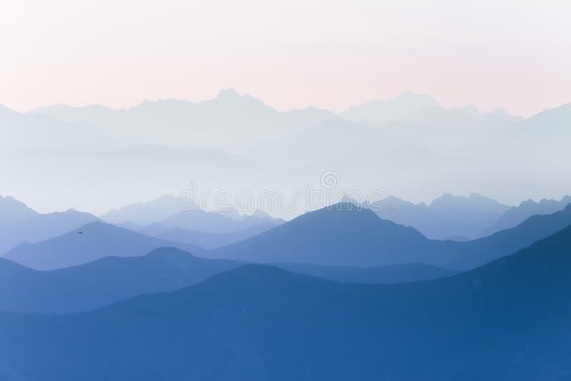 Färgrik abstrakt dubbel exponering av berg i soluppgång Minimalist landskap med färglutningar royaltyfri bild