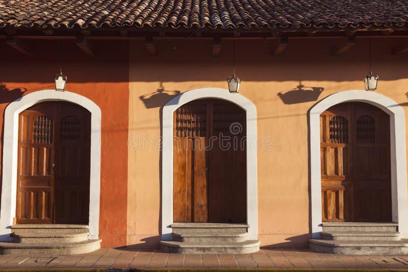 Färgrik arkitektur av Granada royaltyfri fotografi
