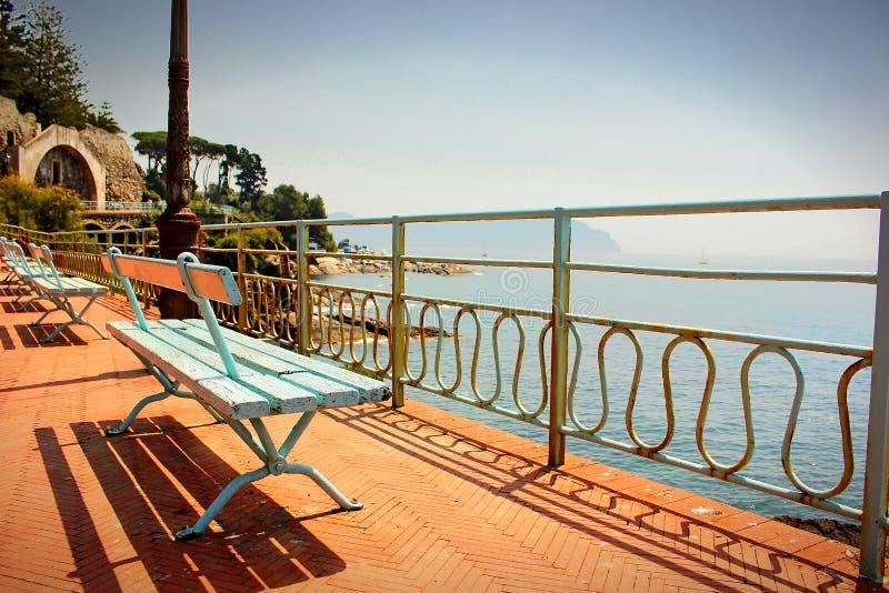 Färgrik bänk på promenaden som vänder mot medelhavet på Genoa Nervi fotografering för bildbyråer