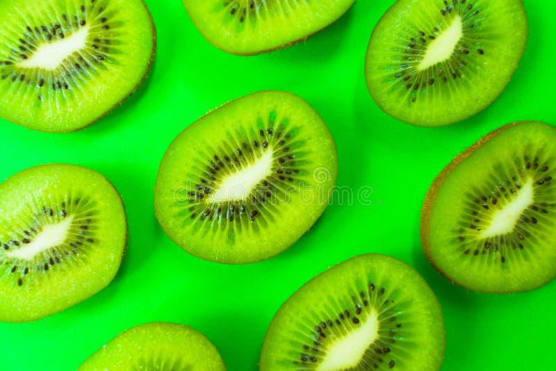 Färgrik bakgrund för kiwiskivamodell på den gröna bakgrunden ovanf?r sikt fotografering för bildbyråer