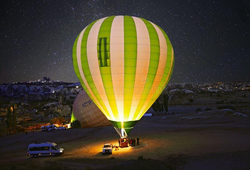 Färgrik ballong för varm luft för lansering på Cappadocia royaltyfri fotografi