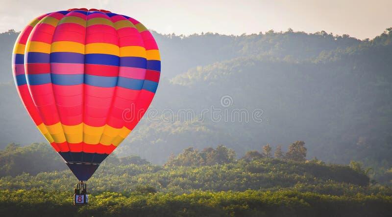 Färgrik ballong för varm luft med blå himmel fotografering för bildbyråer