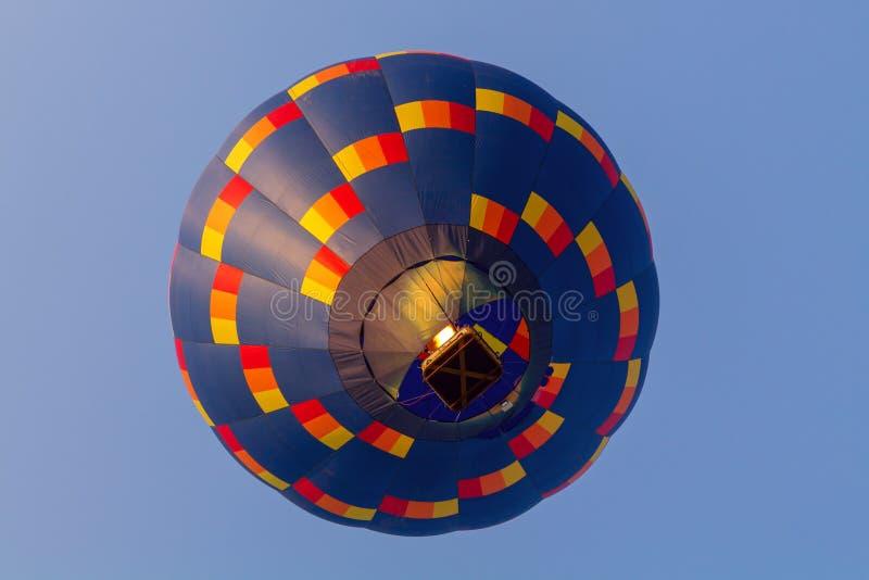 Färgrik ballong för varm luft tidigt på morgonen fotografering för bildbyråer