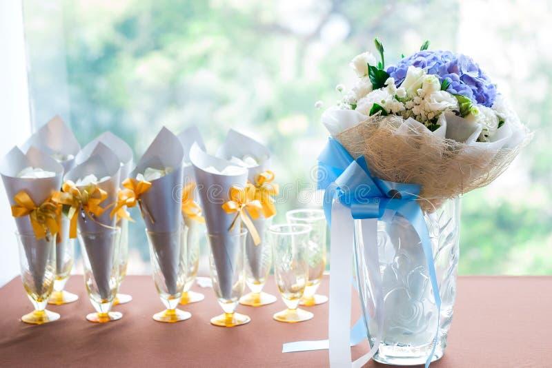 Färgrik blommabröllopbukett för brud royaltyfria foton