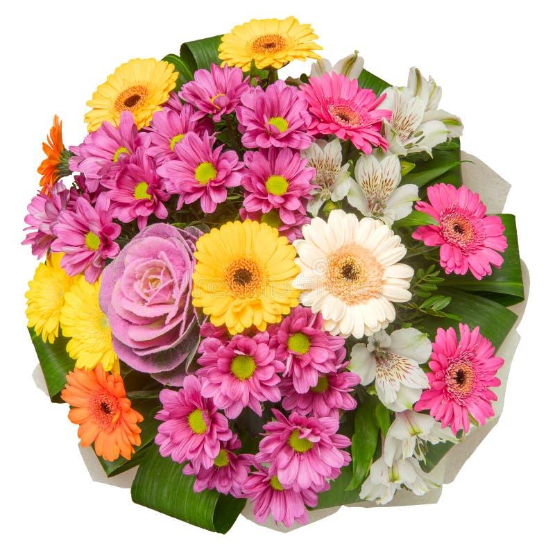 Färgrik blommabukett med krysantemum, gerberatusenskönor och dekorativ kål som isoleras på vit bakgrund royaltyfri fotografi