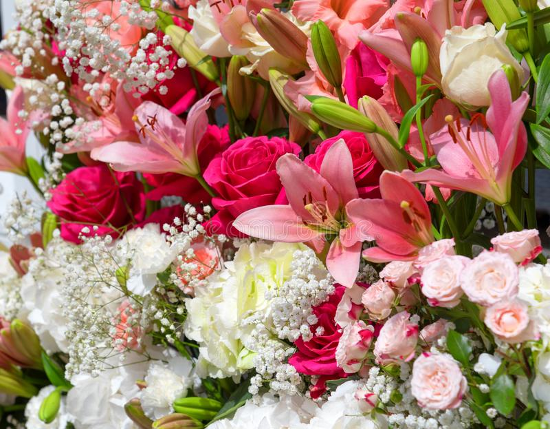 Färgrik blommabukett, ordning av olika blomningar, festlig bakgrund arkivbild