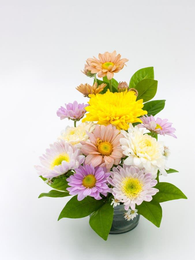 Färgrik blommabukettordning i vasen som isoleras på white fotografering för bildbyråer