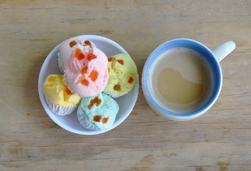 Färgrik bomullkaka på koppen och kaffe arkivbilder