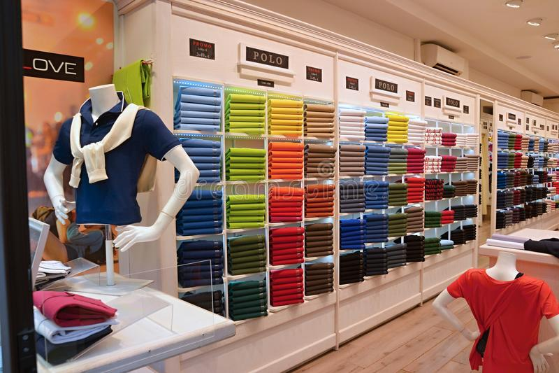 Färgrik boutique med kläder och skyltdockor royaltyfri bild