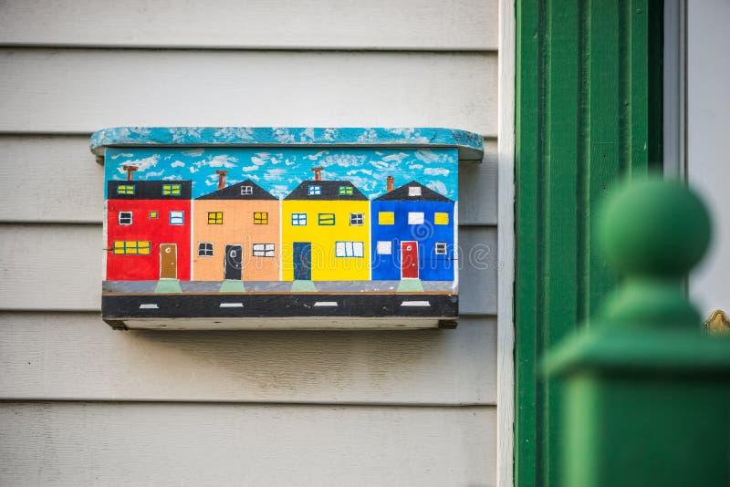 Färgrik brevlåda i St Johns, Newfoundland, Kanada royaltyfri bild