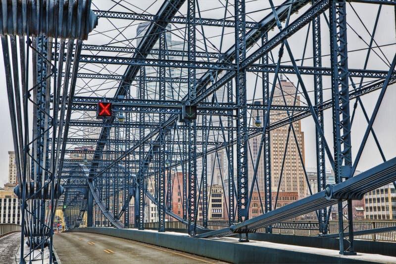 Färgrik bro med Pittsburgh, PA, horisont royaltyfri foto