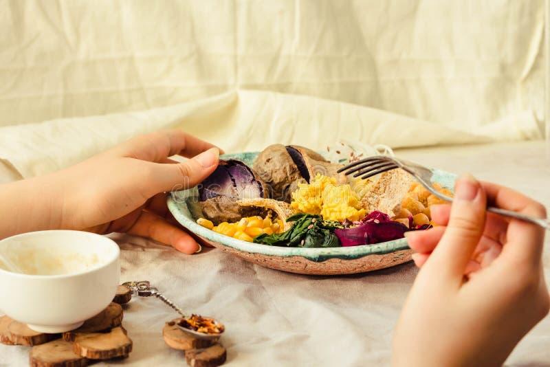 Färgrik buddha bunke vegetarian Mellersta - östlig stil signal Äta Räcker av en ung kvinna royaltyfria foton