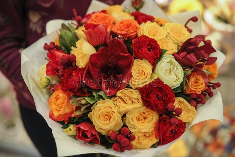 Färgrik bukett med rosor vita tulpan för blomma för bakgrundssammansättningsconvolvulus royaltyfri foto