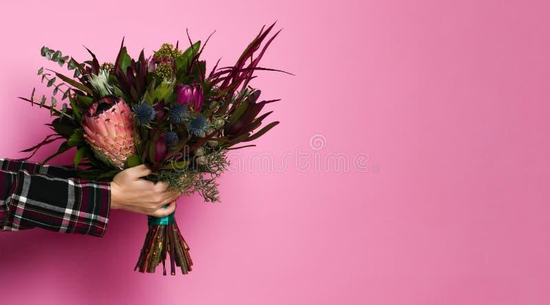 Färgrik bukett på rosa bakgrund royaltyfria foton