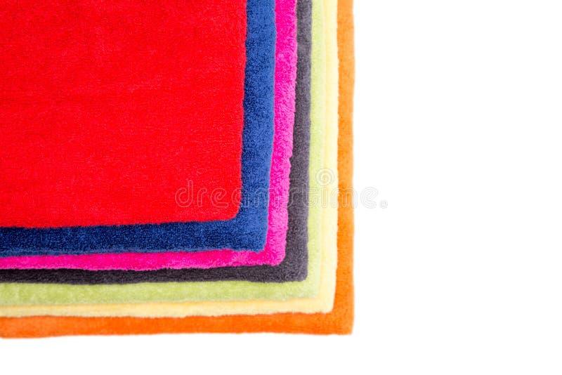 Färgrik bunt av fluffiga rena nya handdukar arkivfoton
