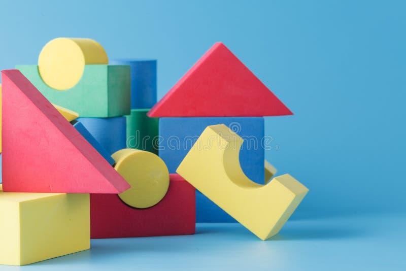 Färgrik bunt av kubbyggnadskvarter royaltyfri bild