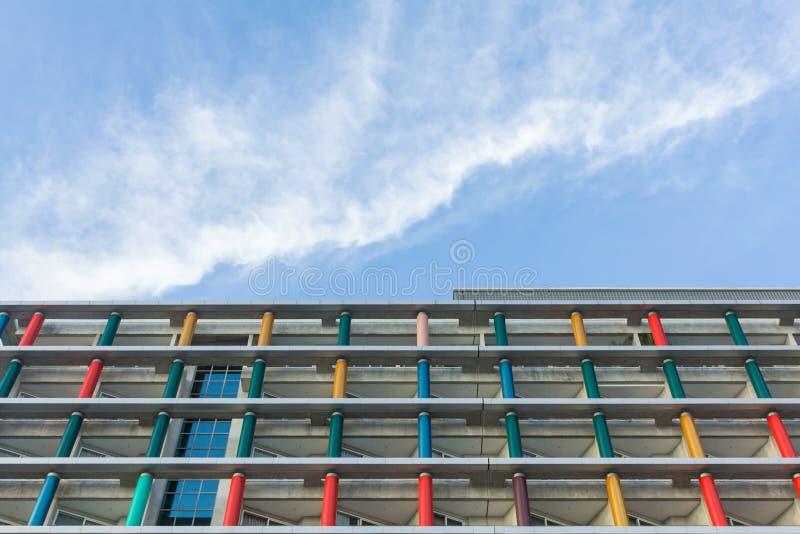 Färgrik byggnad med blå himmel arkivfoton