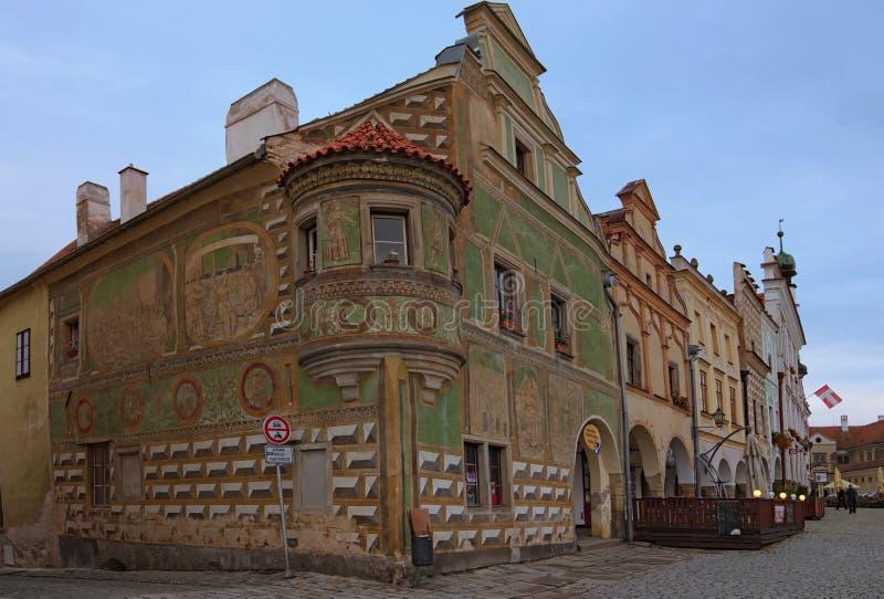 Färgrik byggnad på den huvudsakliga fyrkanten av Telc Huset av Osterreicher den ledar- muraren på nummer 15 med gröna freskomålni royaltyfri bild