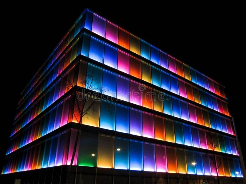 Färgrik byggnad på natten royaltyfri fotografi