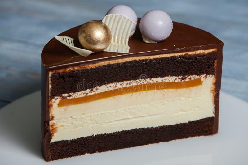 Färgrik choklad - vaniljlagerkaka fotografering för bildbyråer