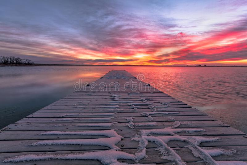 Färgrik Colorado soluppgång med härliga moln och en fiska doc royaltyfri fotografi