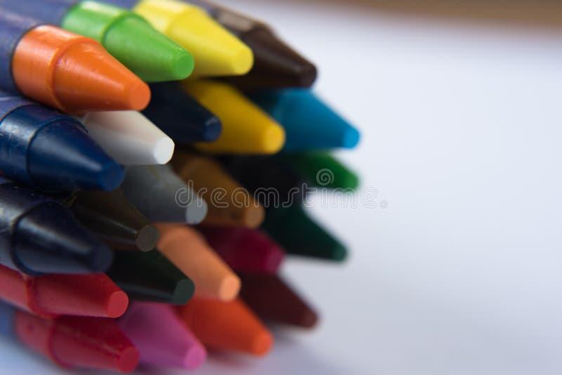 färgrik crayon på vit bakgrund arkivfoton