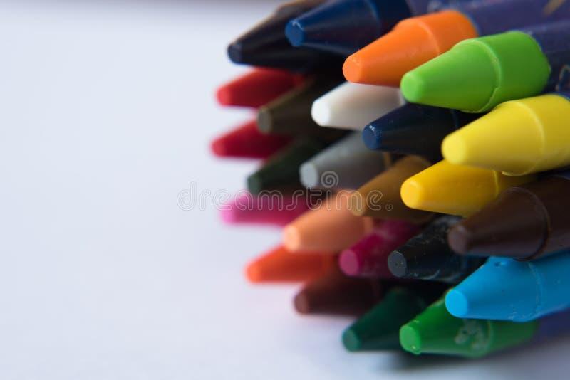 färgrik crayon på vit bakgrund arkivfoto