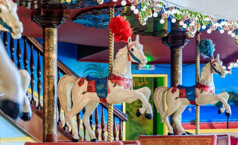 Färgrik dekor av karusellen inom restauranglaen Rotonde arkivbild