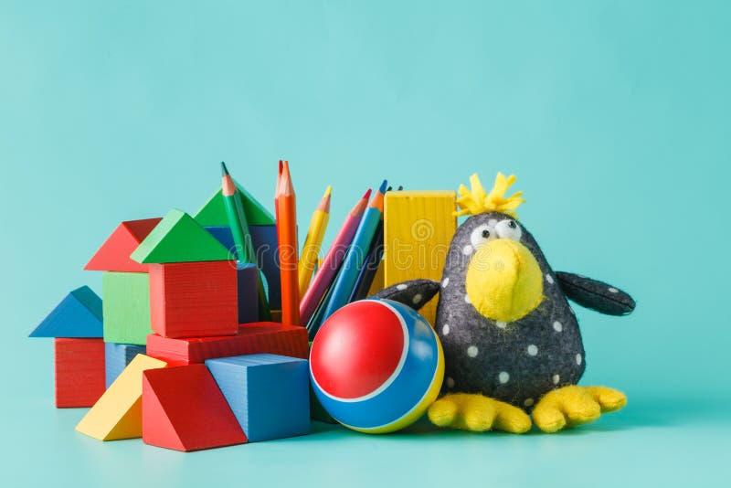 Färgrik docka- och leksaksamling arkivfoto