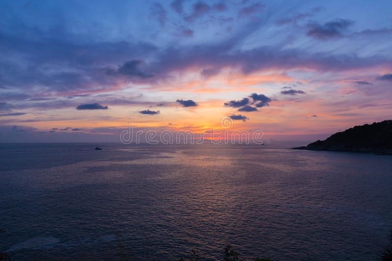 Färgrik dramatisk himmel med molnet på solnedgång- eller skymningtid Himmel med solbakgrund arkivbilder