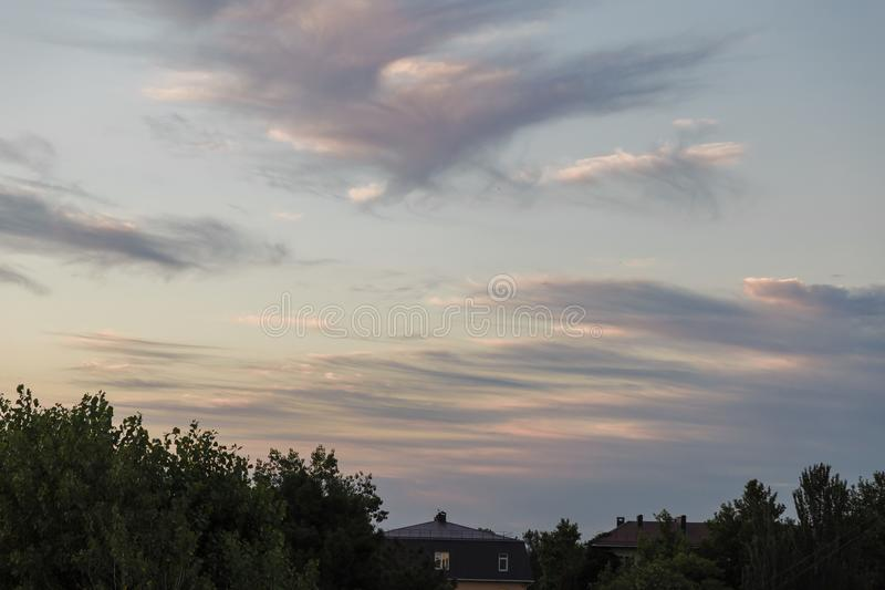 Färgrik dramatisk skymninghimmel i afton med molnet på solnedgången över sjön i Udonthani Thailand Blått för Nice frikändnatur royaltyfri bild