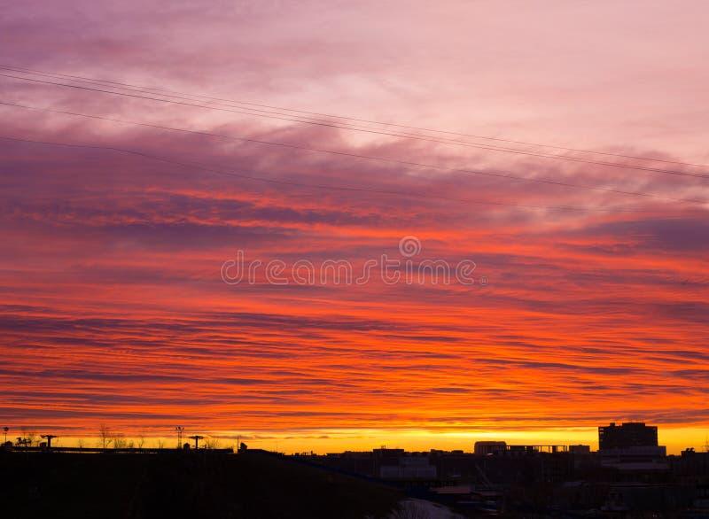 Färgrik dramatisk solnedgånghimmel med det orange molnet royaltyfri fotografi