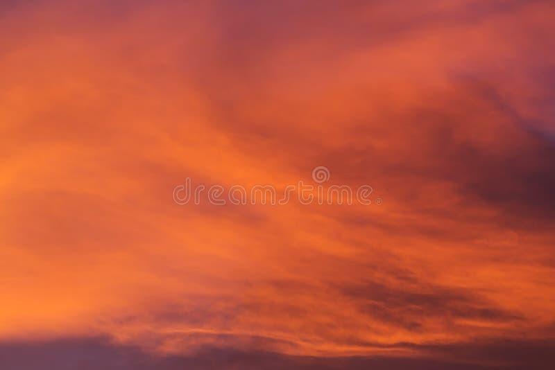 Färgrik dramatisk solnedgånghimmel med det orange molnet, skymninghimmel arkivbilder