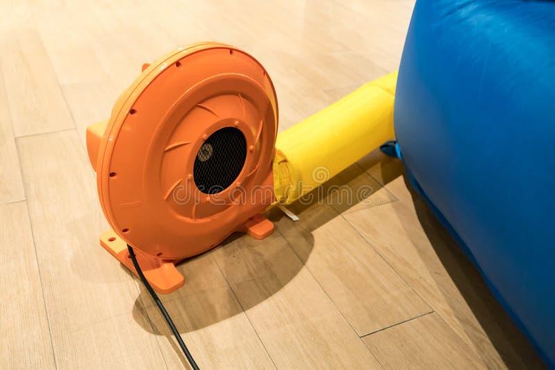 Färgrik elektrisk luftblåsare för kommersiell uppblåsbar utkastare fotografering för bildbyråer